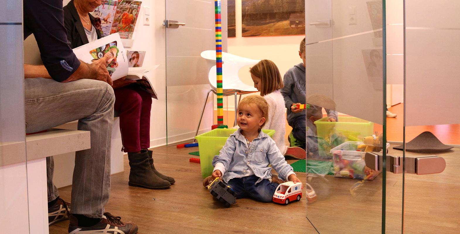 kinder beim zahnarzt in friedrichshafen  fairpreispraxis